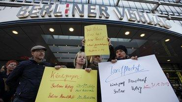 Beschäftigte protestieren gegen die Kündigung des Haustarifvertrags mit Grabkerzen.