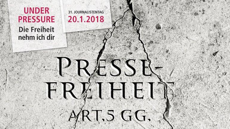 """Flyermotiv für den Jornalistentag 2018: ein Stein mit Rissen, ein Riss geht quer durch das Wort """"Pressefreiheit"""""""