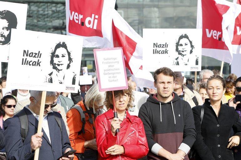 Kundgebung für Pressefreiheit und gegen Menschenrechtsverletzungen in der Türkei auf dem Washingtonplatz in Berlin anlässlich des Besuches des türkischen Staatspräsidenten.
