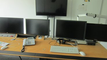 dunkle Monitore im Schneideraum